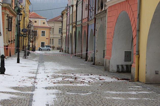 Kvůli popadané střešní krytině byla ještě v pondělí 19. března uzavřená Radniční ulice v Hranicích.