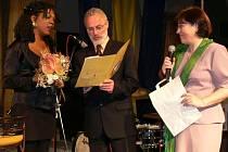 Joyce Hurley převzala z rukou starosty Hranic Miroslava Wildnera a ředitelky knihovny Marie Jemelkové pamětní list města.