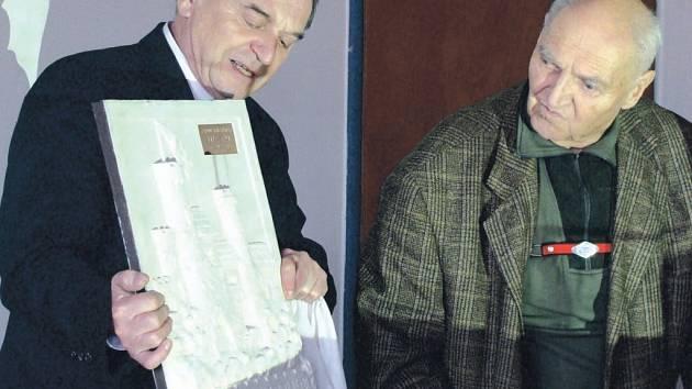 Karel Zejda (vpravo) obdržel plastiku se jmenováním rytířem průmyslu Klubu rytířů a fedrfechtýřů.