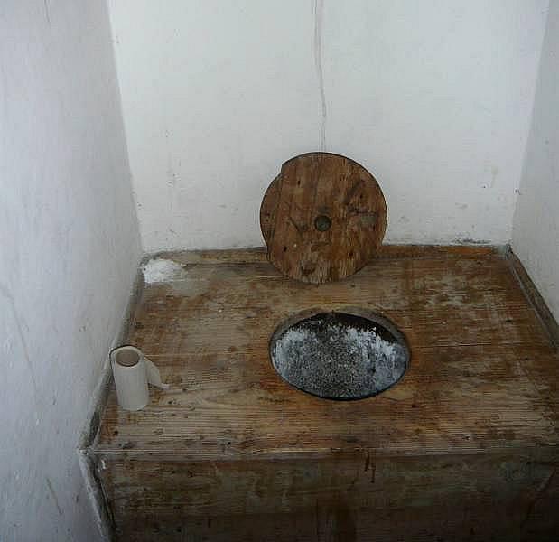 WC na nádraží v Hustopečích v roce 2010
