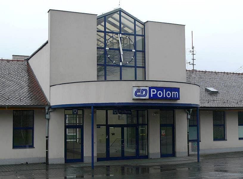 V nádraží budově v Polomi už nikdo nepracuje. Záchod je zamčený a exkrementy se válí v podchodu.