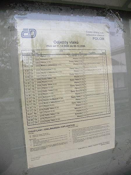 V nádraží budově v Polomi už nikdo nepracuje. Na nástupišti visí pět let starý jízdní řád.