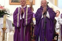 Stovky lidí a desítky církevních hodnostářů se rozloučily s páterem Vincencem Mrtvým.