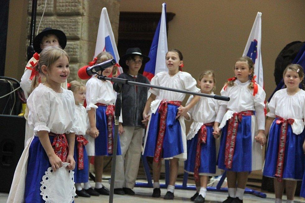 Sobotní Den kultury na zámku v Hranicích se konal ve znamení křtu knih zdejších autorů a ochutnávky vína.