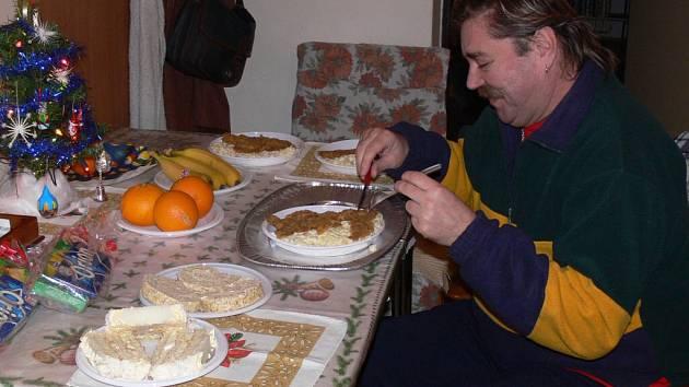 Na Štědrovečerní večeři si pochutnali i klienti azylového centra.