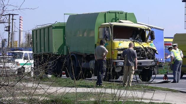 Nehoda na kruhovém objezdu v Hranicích se obešla bez vážnějších zranění.
