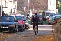 Město chce v této ulici vybudovat parkovací místa pro dvacet vozidel, obyvatelé s tím však nesouhlasí.