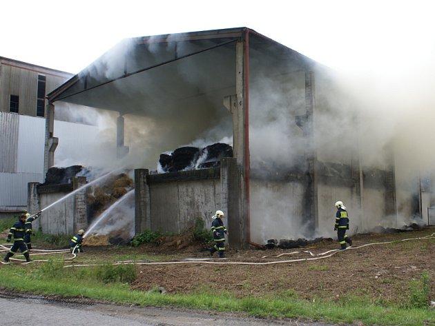 Oheň se rozhořel na ploše 18×30 metrů a železobetonový sklad byl zhruba z poloviny v plamenech.