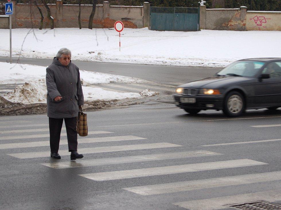 Chodcům ve městě jde na některých frekvetovaných místech takřka o život. Někteří řidiči přiznávají, že zastavují jen mladým slečnám.