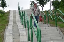 Po necelých dvou měsících je nové schodiště u Máchovy ulice v Hranicích hotové