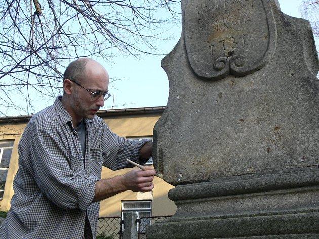 Restaurátor Marek Ludmila pracuje v ulici Pod Lipami na renovaci hranické madony.