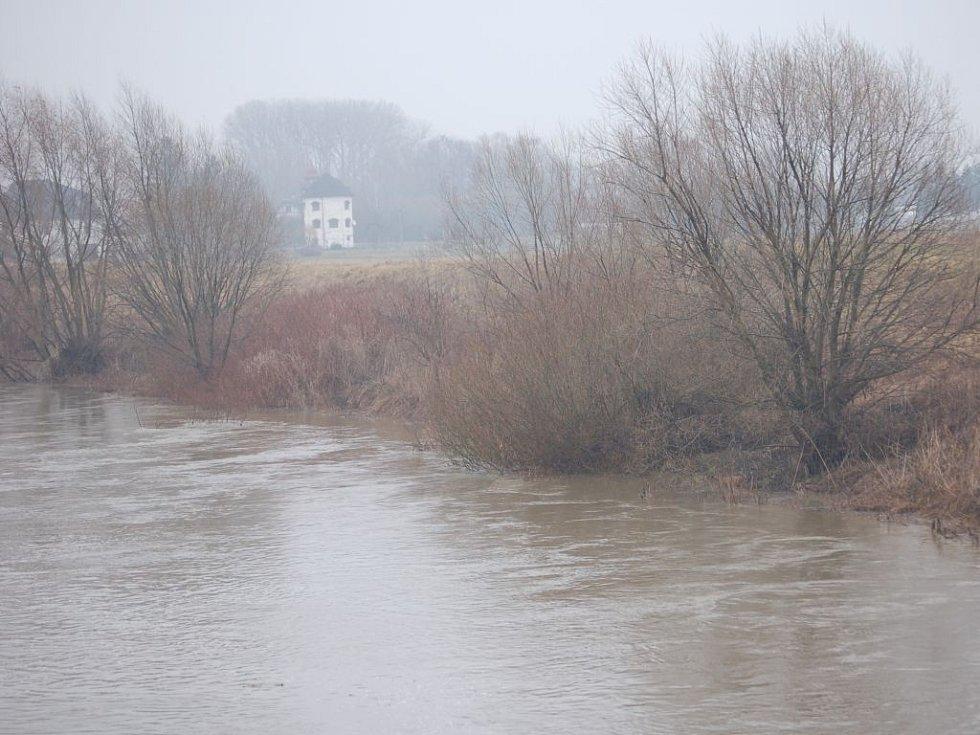 V Tovačově se Bečva vylila z břehů a ve městě zasedla povodňová komise. Podle zástupců Povodí Moravy ale hladiny řek během celého pátečního odpoledne postupně klesaly.