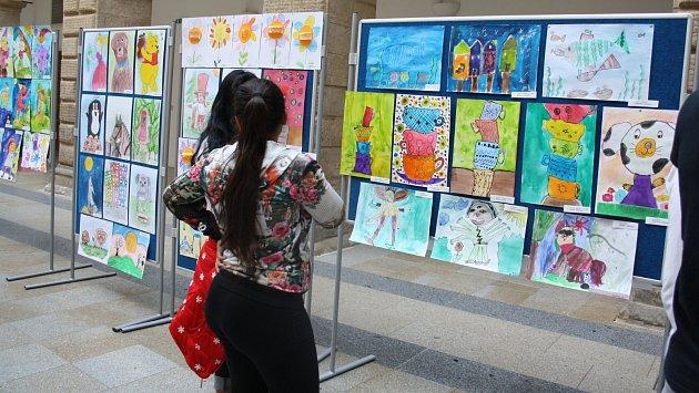 Ve dvoraně hranického zámku byli v pondělí 22. května oceněni výherci výtvarné soutěže Děti Dětem. Obrázky zde budou k vidění až do pátku 26. května. Foto: Deník/Liba Mátlová