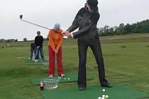 V rámci dne otevřených dveří na golfovém hřišti v Radíkově si mohli nenáročný sport zahrát i úplní amatéři.