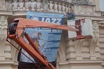 V Přerově vrcholí přípravy na Československý jazzový festival. Pracovníci technických služeb instalují nad vchod do Městského domu poutač, který informuje o programu tohoto třídenního jazzového svátku.