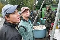 Desítky rybářů lovily kapry od časného rána. Dopoledne už byly k dispozici první rybí pochoutky