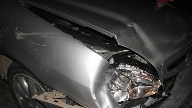 Divoké prase vběhlo v neděli večer do cesty řidičce vozu Citroen, která jela po silnici mezi obcemi Loučka a Jezernice.