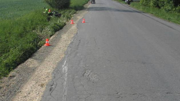 Jednapadesátiletý motocyklista skončil v příkopu a s velmi vážným poraněním.