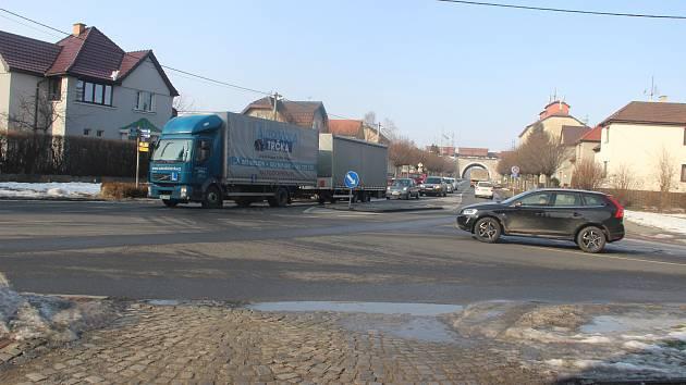 Plánovaná výstavba rondelu ve střetu ulic Tovární, Nádražní a Nová by měla ulehčit dopravě na nedaleké křižovatce u Slavie.
