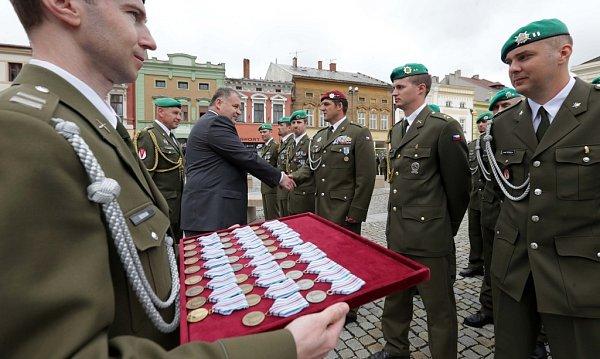 Slavnostní nástup vojáků vHranicích soceněním za misi vAfgánistánu