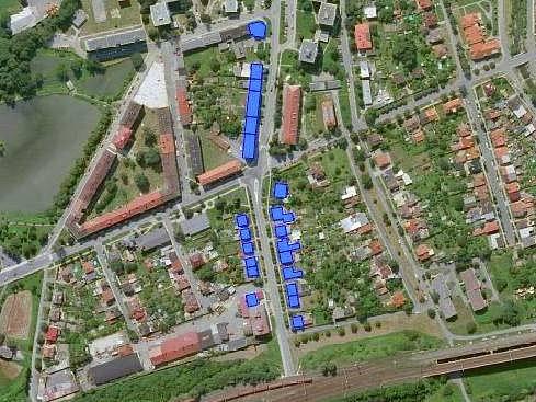 Olomoucký kraj bude kvůli hluku měnit okna v bytových domech v okolí komunikace II/440 v Hranicích. Dotčené objekty jsou na mapě označeny modře.