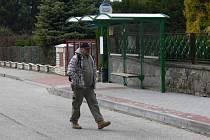 Autobusová zastávka na ulici Partyzánská sice stojí, využívaná ale není a nejspíš ani nebude.
