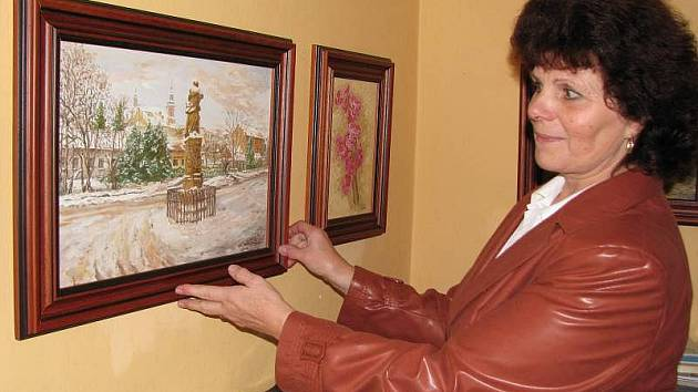 Ludmila Kočišová z Hranic vyzdobila zámeckou kavárnu svými olejomalbami