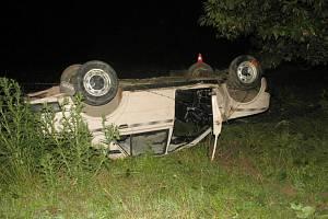 Řidič narazil do vzrostlého stromu a vůz se převrátil na střechu.
