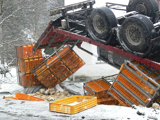 Nehoda kamionu v Opatovicích. Převážená kuřata uhynula