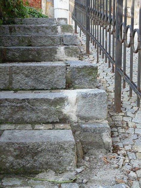 Schody, vedoucí zulice Na náspech kPanence Marii vKomenského ulici, byly sice opraveny teprve před pěti lety, ale ina nich už je opět vidět zub času. Dostaly trojku