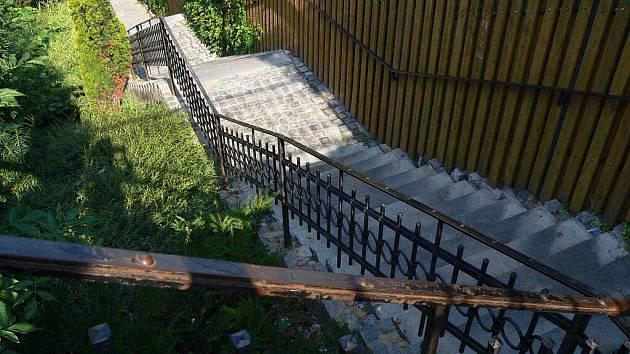 Kolem synagogy vedou schody, které jsou v poměrně slušném stavu. Proto si vysloužily dvojku