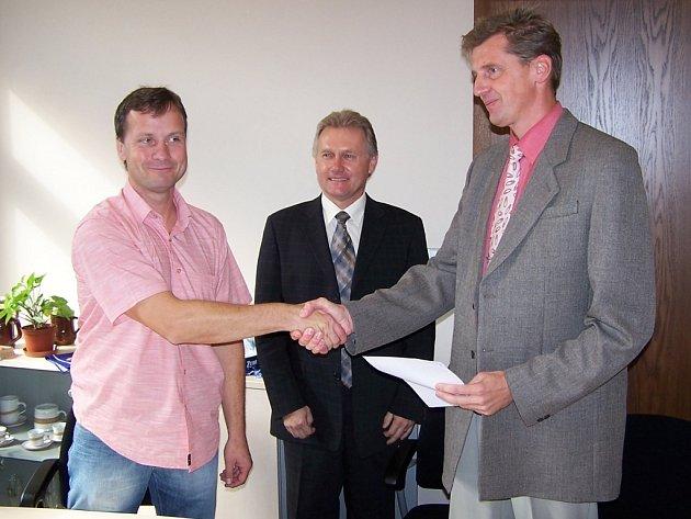 Místopředseda přerovského hokejového klubu Tomáš Blinka (vlevo) a ředitel pivovaru Zubr Pavel Svoboda stvrdili podepsání tříleté smlouvy stiskem ruky.