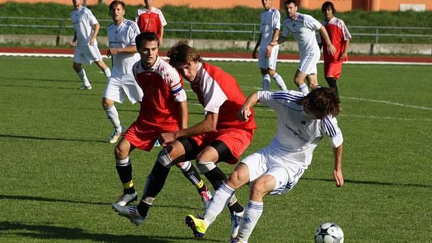 Sobotní utkání 8. kola krajského přeboru bylo v režii domácích Hranic (v červeném).