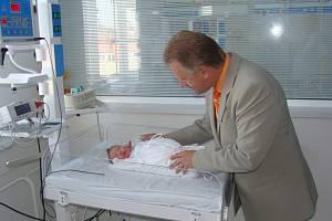 Novorozenecké oddělení přerovské nemocnice je vybaveno novým vyhřívacím lůžkem s fototerapií, které má usnadnit dětem první dny života po narození.