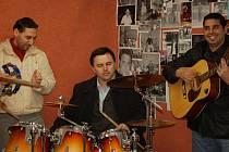 Na slavnostním otevření si zahrál s romskými muzikanty z kapely Imperio poslanec Zdeněk Boháč (na snímku uprostřed).