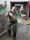 Odklízení následků povodně v obci Polom v pátek 26. června.
