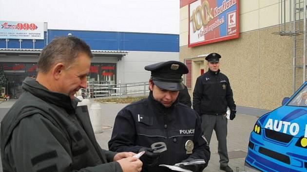 Varování policistů před vykradači aut