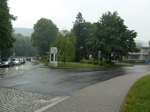 Součástí projektu je i výstavba nového chodníku v blízkosti křižovatky ulic Mostní, Žáčkovy a Tyršovy. Lidově se tomu místu říká Žaba.