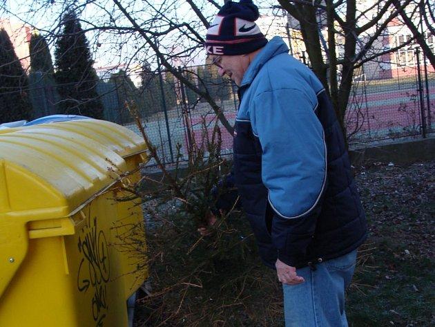 U popelnic už se objevily první vánoční stromky. Symboly svátků zmizí už příští týden také z náměstí T. G. Masaryka v Přerově, kdy má být odstrojen velký vánoční strom.