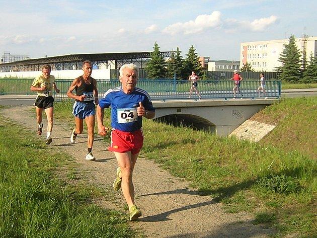 Jindřich Tomíšek (číslo 04) skončil v Běhu okolo Bystřičky ve své kategorii nad 70 let na druhé pozici.