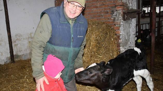 Farmář Antonín Horník chodí na každodenní obchůzky po statku i se svou tříletou vnučkou Sofií.