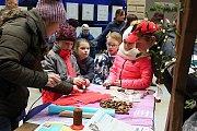 Dětský vánoční jarmark ve dvoraně hranického zámku.