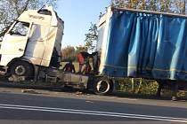 Nehoda kamionu u obce Jezernice omezila v úterý provoz na silnici mezi Hranicemi a Lipníkem nad Bečvou.