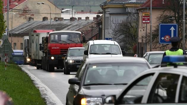 Několikakilometrové fronty aut nyní stojí každý den v Hranicích, ale také mezi Hranicemi a Lipníkem.
