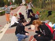 Přiblížit archeologickou minulost Předmostí chtějí studenti Gymnázia Jakuba Škody v Přerově, kteří oživili chodník u cyklostezky malbami slovanských hrobů.