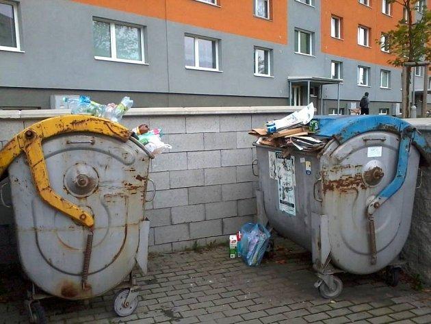 S přeplněnými nádobami na tříděný odpad se setkávají lidé běžně.