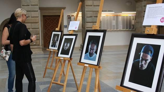 Zkřivené tváře zaplnily hranické informační centrum.Výstava fotografií Lukáše Houdka zde zůstane do konce října.