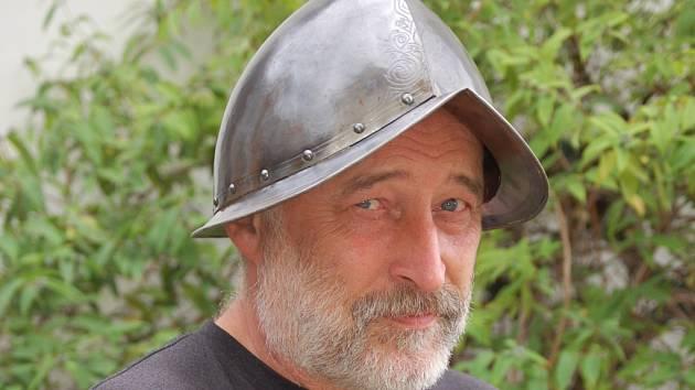 Radim Zapletal představuje přilbu, kterou spolu s další výstrojí připravil pro řadu filmových bojovníků.