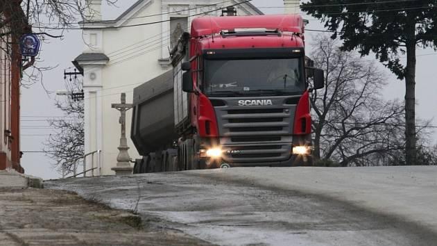 Silně poškozené jsou po stavbě dálnice D47 vozovky v místní části Hranic Velká.