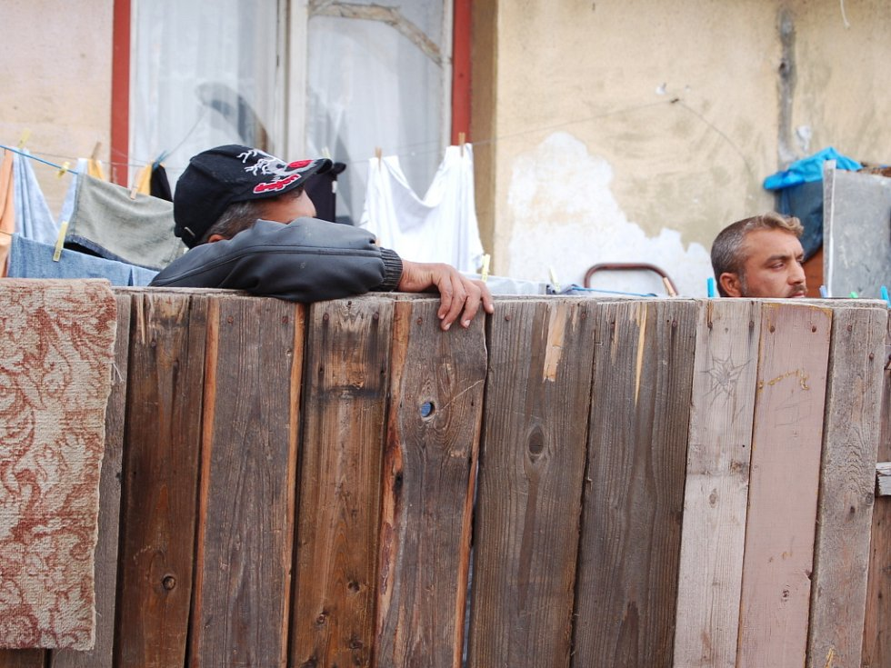 """Romové, kteří žijí ve zchátralých domech v ulici Padlých hrdinů v Kojetíně, se domnívají, že petice má určité pozadí. """"Chtějí se nás zbavit,"""" myslí si například jeden z nich."""